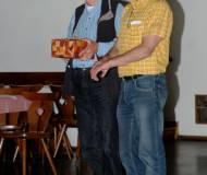 Obmann Joe Bertsch ehrt den Hobbyarchäologen Franz Brunner