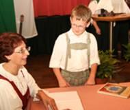 Die Autorin Margit Plank signiert ihr Werk