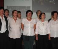 Der Frauensingkreis Thaur im vollen Einsatz: hinter der Schank und auf der Bühne