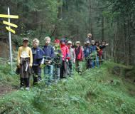 Volksschüler lernen die neu beschilderten Thaurer Wanderwege kennen