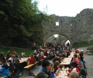 Zum Abschluss gabs Würstl und Limo auf der Burg