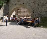 Obmann Joe Bertsch erzählt Neuigkeiten zur alten Burg