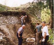 Die Mauer musste erst von Baumbewuchs und Schutt befreit werden