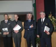 Die beiden Autoren mit Hw. Hr. Pfr. Haider und Bgm. Josef Giner.