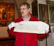 Archivar Dr. Larcher mit einer alten Urkunde