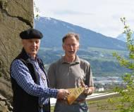 """Obmann Joe Bertsch und Franz Brunner, """"Meister der Thaurer Bauhütte"""""""