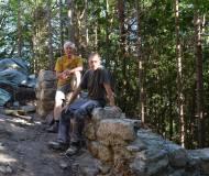 Franz und Joe bei einem Rasterl nach getaner Arbeit.