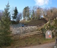 Blick vom Romedikirchl hinauf zur Burg.