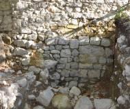 Deutlich lassen sich die Strukturen des ersten Bergfrieds erekennen