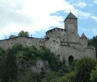 Die stolze Burg über dem Tal