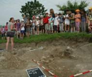 Thaurer Volksschüler auf Besuch am Grabungsort