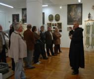 Pater Fero präsentiert die Wunderkammer der Serviten