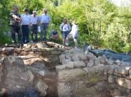 Experten besichtigen die Reste der ottonischen Burganlage am Kiechlberg