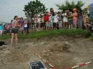 Schulkinder besuchen die Archäologen am frühmittelalterlichen Friedhof in der Vigilgasse